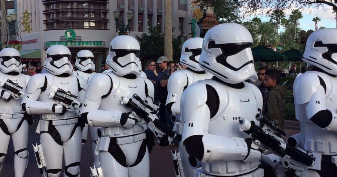 Disney World: gli stormtroopers fanno rispettare il distanziamento sociale